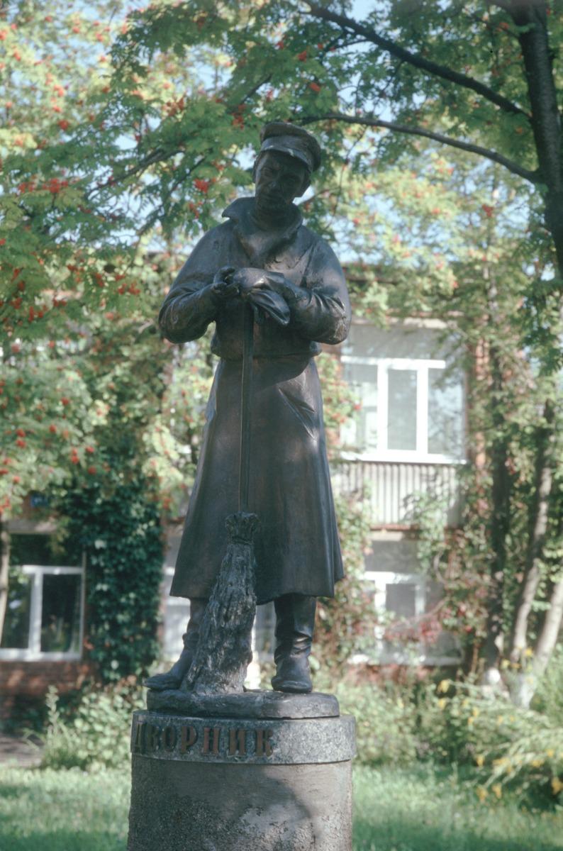 Памятник дворнику во Владимире фото