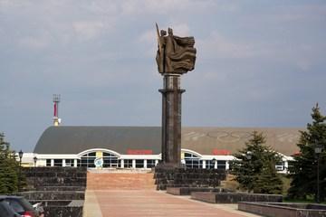 """Саранск (Республика Мордовия): Достопримечательность Монумент """"Навеки с Россией"""""""
