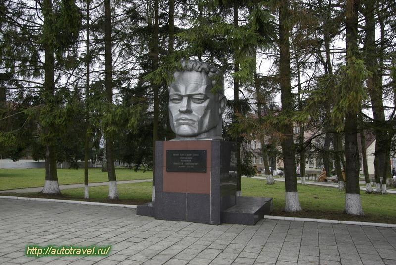 Памятник на могилу Мамоново Ваза. Токовский гранит Белая Холуница