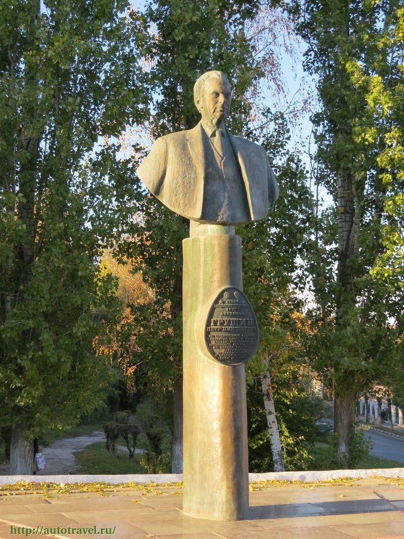 Памятник Роза из двух видов гранита Полысаево